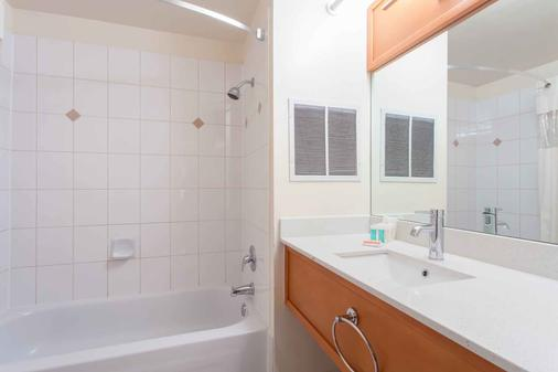 Howard Johnson by Wyndham Vancouver Downtown - Vancouver - Bathroom