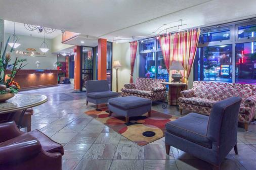 Howard Johnson by Wyndham Vancouver Downtown - Vancouver - Lobby