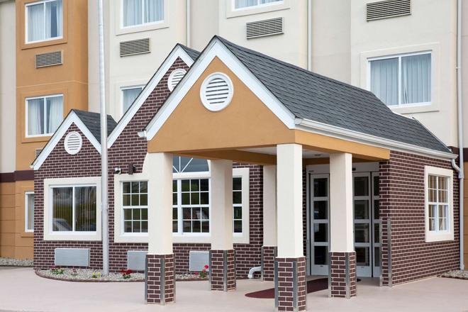 Microtel Inn & Suites by Wyndham Charleston WV - Charleston - Building