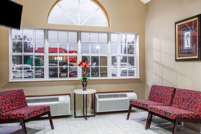 Microtel Inn & Suites by Wyndham Charleston WV - Charleston - Lobby