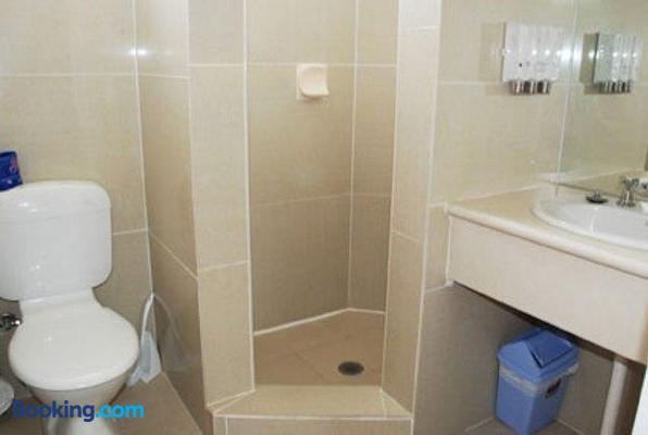 Red Cedars Motel - Canberra - Bathroom