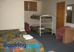 Red Cedars Motel - Canberra - Bedroom