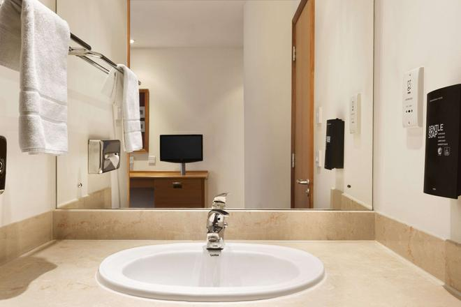 Days Inn by Wyndham Peterborough - Peterborough - Bathroom