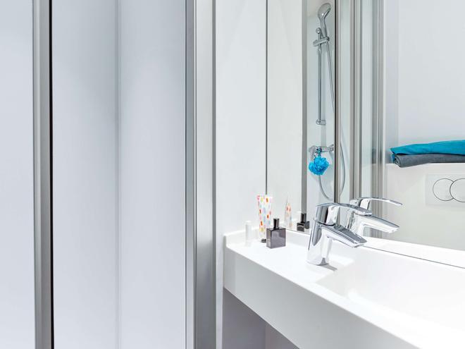 hotelF1 Vannes - Vannes - Bathroom