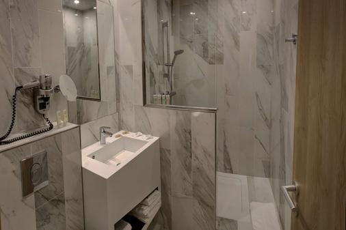 Best Western Plus Hotel Comedie Saint-Roch - Montpellier - Bathroom