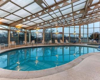La Quinta Inn & Suites by Wyndham Chicago Gurnee - Gurnee - Басейн