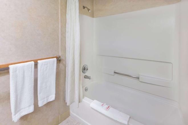 Knights Inn Pasco Wa/King City - Pasco - Bathroom