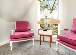 2-Bdr Main St. Loft, Pet Friendly!! - Frankenmuth - Living room
