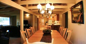 The Leaning Tree Lodge - Darby - Dining room