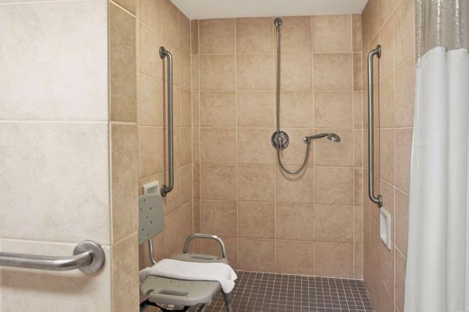 Ramada by Wyndham Saginaw Hotel & Suites - Saginaw - Bad