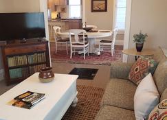 'flower Of The Hills' Historic Craftsman Home With Garage. Private Corner Lot - Lead - Sala de estar