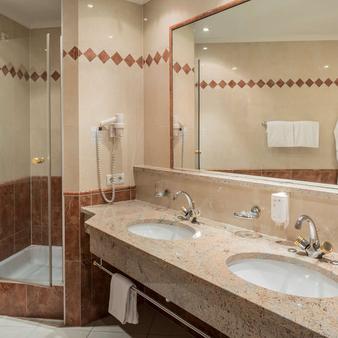 Hotel & Spa Falkensteinerhof - Valles - Bathroom