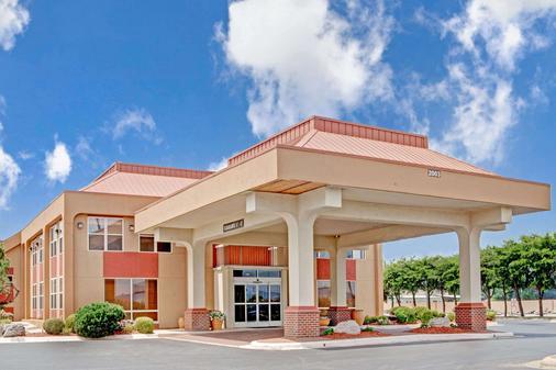 Ramada by Wyndham West Memphis - West Memphis - Building
