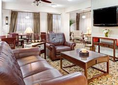 Ramada by Wyndham West Memphis - West Memphis - Living room