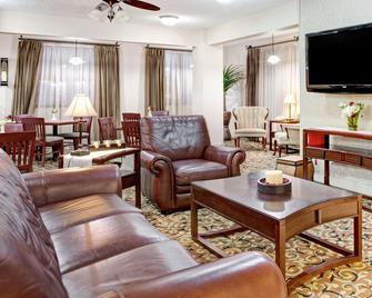 西孟菲斯華美達酒店 - 西孟斐斯 - 西孟菲斯 - 客廳