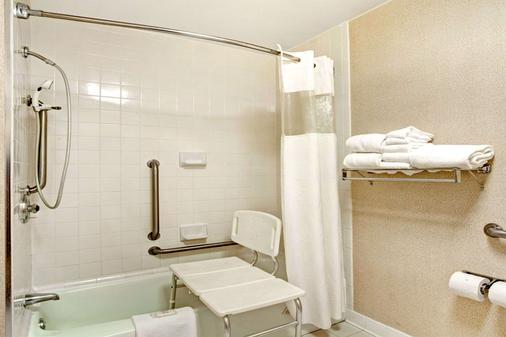Ramada by Wyndham West Memphis - West Memphis - Bathroom
