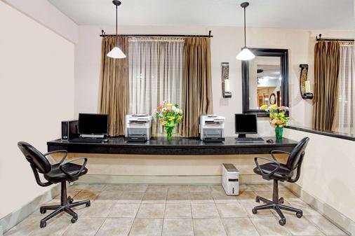 Ramada by Wyndham West Memphis - West Memphis - Business center