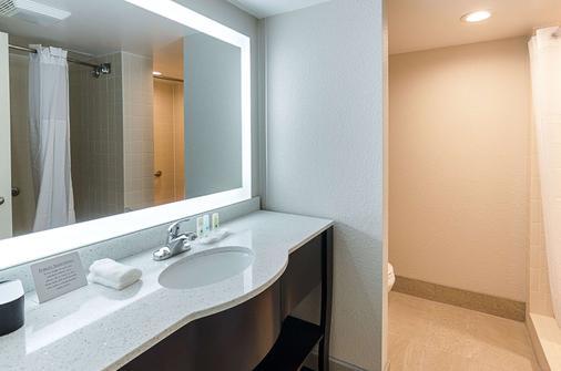 Quality Inn Tanglewood - Roanoke - Phòng tắm