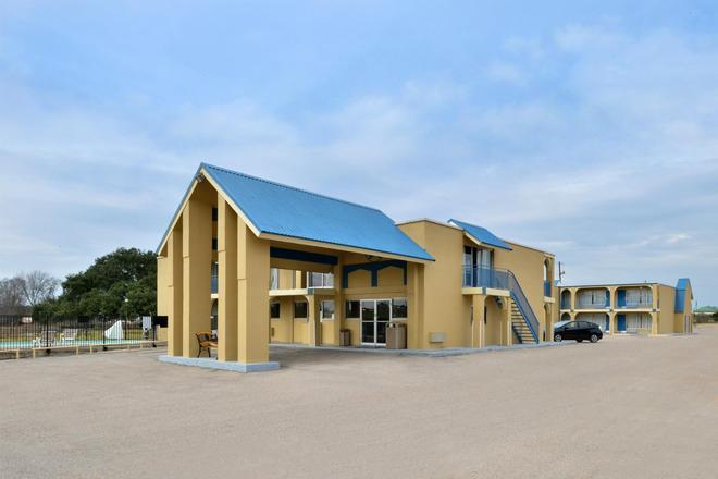 Americas Best Value Inn Schulenburg - Schulenburg - Building