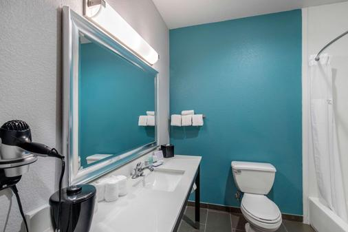 Clarion Inn And Suites Dfw North - Irving - Phòng tắm
