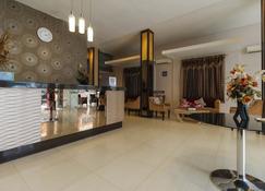 RedDoorz Plus @ Grand Populer Hotel - Makassar - Front desk