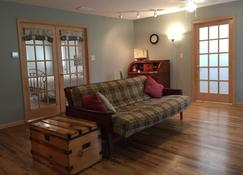 Cozy Cottage, Fully Furnished, Quiet Downtown Neighborhood - Manhattan - Living room