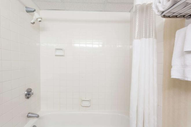 Ramada by Wyndham Fredericton - Fredericton - Phòng tắm