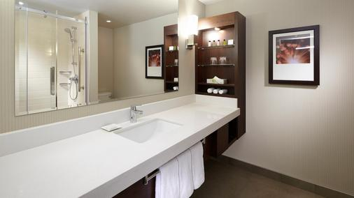 Delta Hotels by Marriott Montreal - Montreal - Bathroom