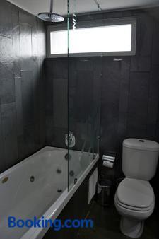 Natalino Hotel Patagonia - Puerto Natales - Bathroom