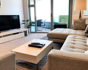 Ramada Suites by Wyndham Nautilus Orewa - Orewa - Bedroom