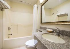 Microtel Inn & Suites by Wyndham Tulsa East - Tulsa - Bathroom
