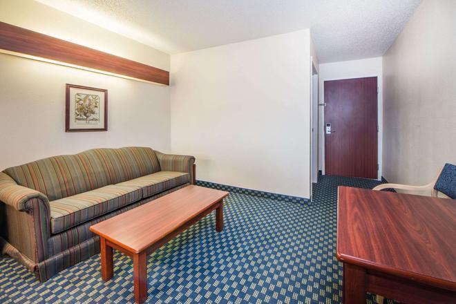 Microtel Inn & Suites by Wyndham Tulsa East - Tulsa - Living room