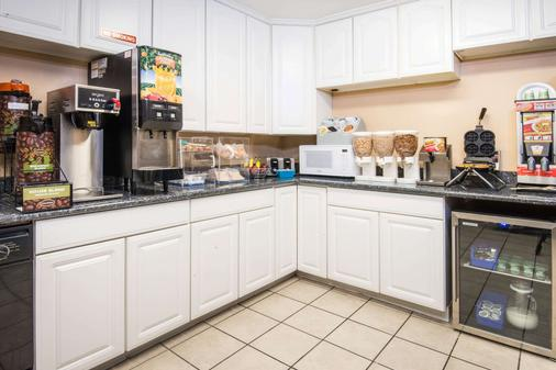 Microtel Inn & Suites by Wyndham Tulsa East - Tulsa - Buffet