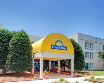 Days Inn by Wyndham Newport News City Center Oyster Point - Newport News - Toà nhà