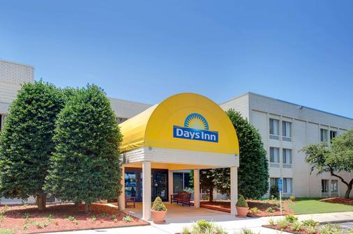 Days Inn by Wyndham Newport News City Center Oyster Point - Newport News - Building