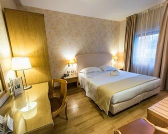 Hotel Touring - Carpi - Bedroom