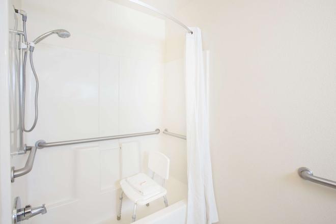 Super 8 by Wyndham Yuma - Yuma - Bathroom