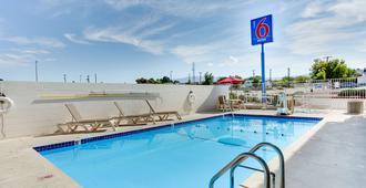 Motel 6 Albuquerque Carlisle - Albuquerque - Uima-allas
