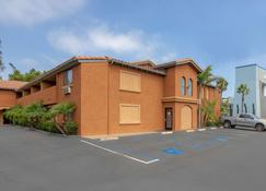 Quality Inn & Suites Oceanside Near Camp Pendleton - Oceanside - Building