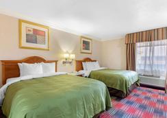 Quality Inn & Suites Oceanside Near Camp Pendleton - Oceanside - Bedroom