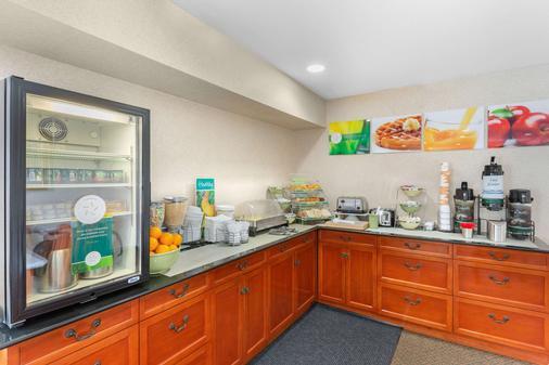 Quality Inn & Suites Oceanside Near Camp Pendleton - Oceanside - Buffet