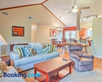 Spacious Kemah Clear Lake Home with Porch and Fire Pit! - Kemah - Living room