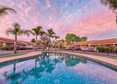 Best Western Airport Motel And Convention Centre - Attwood - Pool