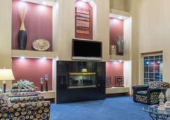 Ramada by Wyndham Springfield North - Springfield - Lobby