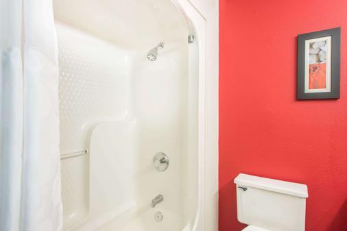 Ramada by Wyndham Springfield North - Springfield - Bathroom