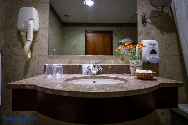Hotel Camoes - Ponta Delgada (Açores) - Bathroom