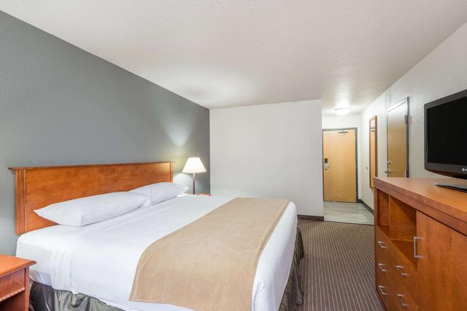 Super 8 by Wyndham Grande Prairie - Grande Prairie - Bedroom