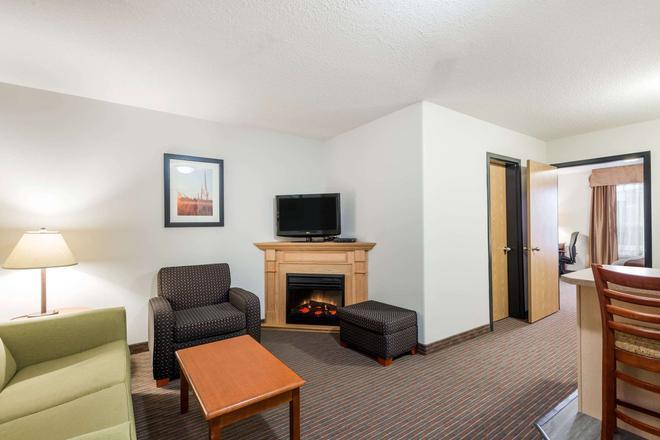 Super 8 by Wyndham Grande Prairie - Grande Prairie - Living room