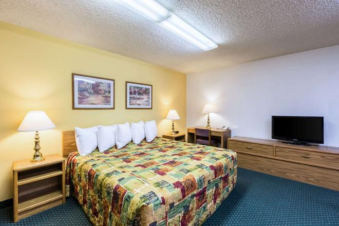 Rodeway Inn - Grand Island - Bedroom
