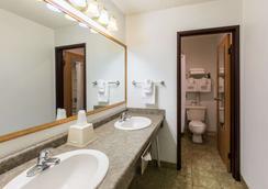 Rodeway Inn - Grand Island - Phòng tắm